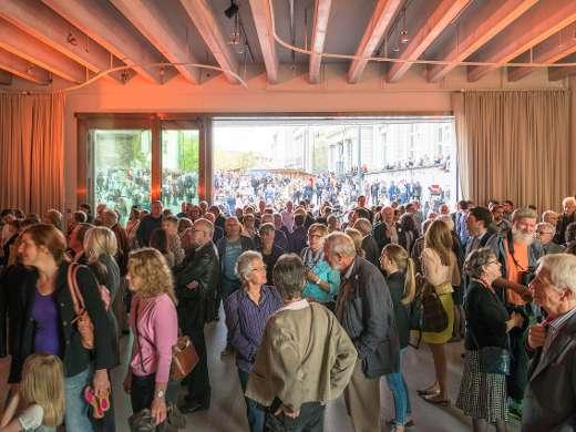 Besucher erkunden das Foyer des Museums, Foto: Peter Koehl