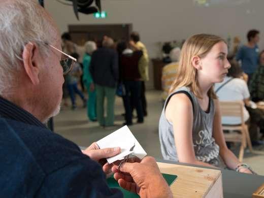 Scherenschnitt-Porträts mit Ueli Hauswirth, Foyer, Foto: Peter Koehl