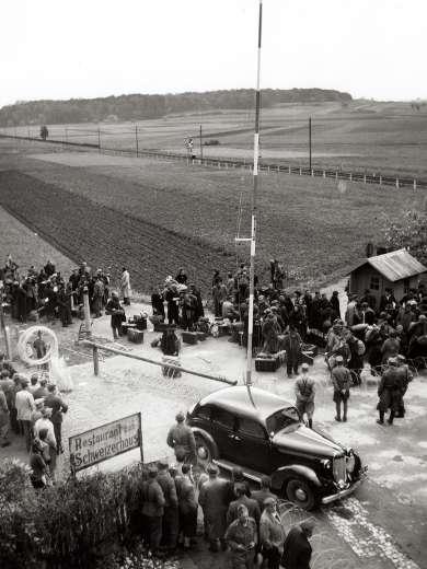 Grenzübergang zwischen der Schweiz und Deutschland in Ramsen 1945, Foto: ATP © StAAG/RBA