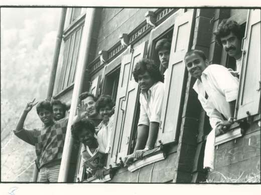 Flüchtlinge aus dem Asylheim von Malix schauen aus dem Fenster, 9. Mai 1987, Foto: Willy Spiller © StAAG/RBA