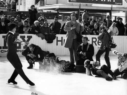 Pressefotografen fotografieren den US-amerikanische Eiskunstläufer Gary Visconti an den Weltmeisterschaften, Davos 1966, Foto: RDB © StAAG / RBA21-895_1