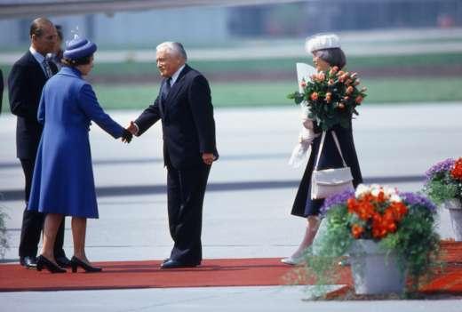 Bundespräsident Chevallaz begrüsst Königin Elizabeth II. auf dem Flughafen Zürich-Kloten, 29. April 1980. Foto: Philippe Dutoit © StAAG/RBA13-RC01027-8_141