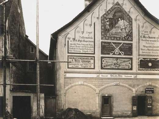 Mit Reklamen bemaltes Haus, Bahnhofstrasse Aarau, 1887 – 1899. Foto: Eduard Müller