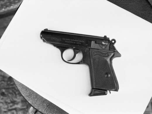 «Mord. Polizist erschiesst Einbrecher», Tatwaffe, Gossau ZH, um um 1970. Foto: Gregor Fust © StAAG/RBA3-2-BL1913_4